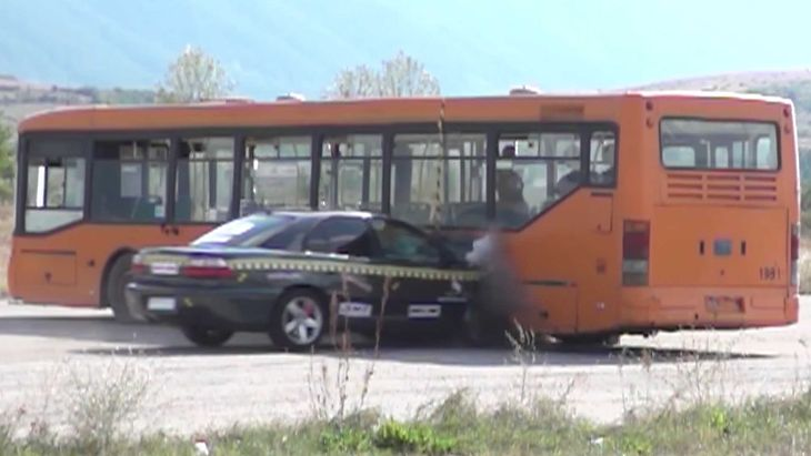 Uderzenie w autobus przy prędkości 200 km/h nie mogło skończyć się dobrze.