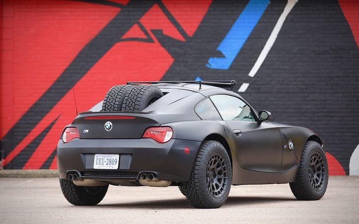 BMW Z4 M wygląda jakby zjechało z trasy rajdu Baja