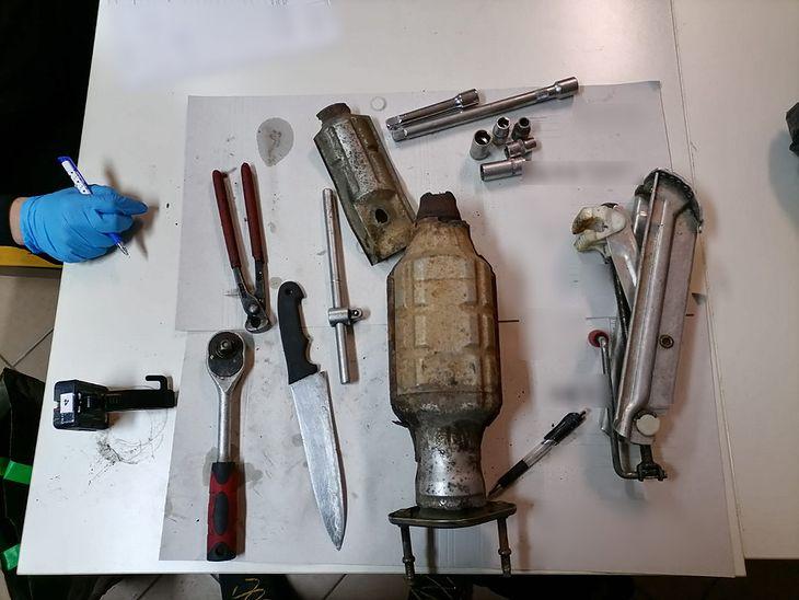Znaleziony przez policjantów katalizator w rzekomo znalezionym przez złodziei plecaku