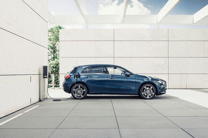 Zasięg na silniku elektrycznym Mercedesa A250e wynosi 68 km