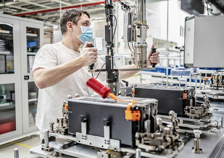 Linia produkcyjna akumulatorów litowo-jonowych do samochodów elektrycznych (fot. Newspress)