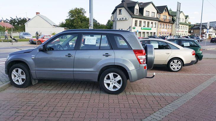 """Czasami na parkingu przypadkiem można znaleźć dobre auto od osoby prywatnej. Jednak jeśli w tym samym miejscu stoi kilka aut z kartką, to niemal pewne jest, że to nieoficjalny """"komis""""."""