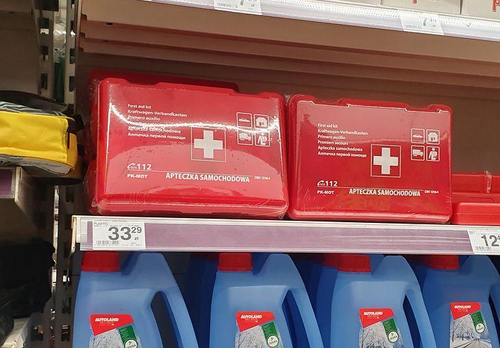 Apteczkę kupicie wszędzie, nawet w supermarkecie. Problemem może być jej zawartość, choć akurat wyposażenie nie jest drogie.
