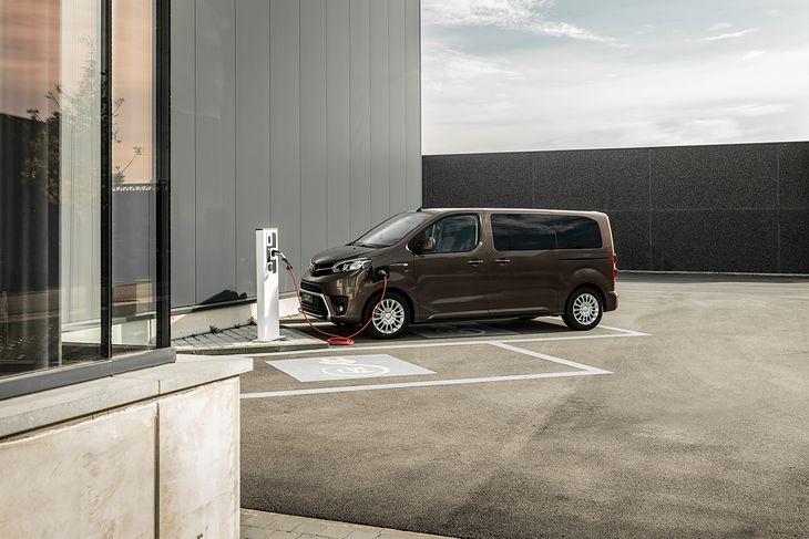Toyota Proace Verso Electric będzie na razie jedynym korzystającym wyłącznie z energii z gniazdka