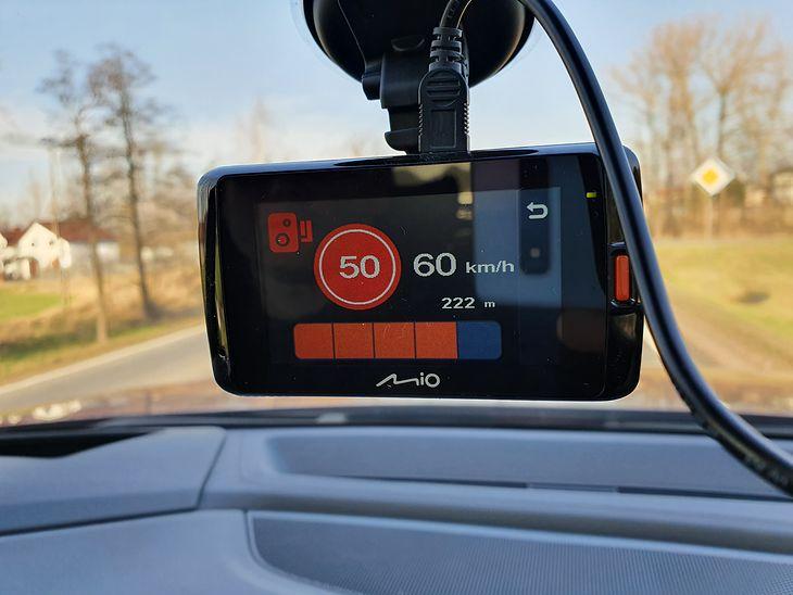Wideorejestrator Mio Mi Viue 795 sprawnie ostrzega przed fotoradarami i uważam to za największą zaletę urządzenia