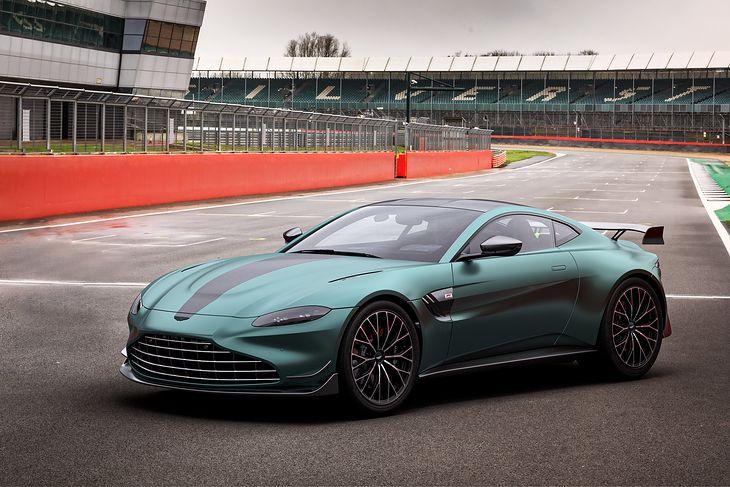 Barwy ewidentnie nawiązują do bolidu Astona na sezon 2021.