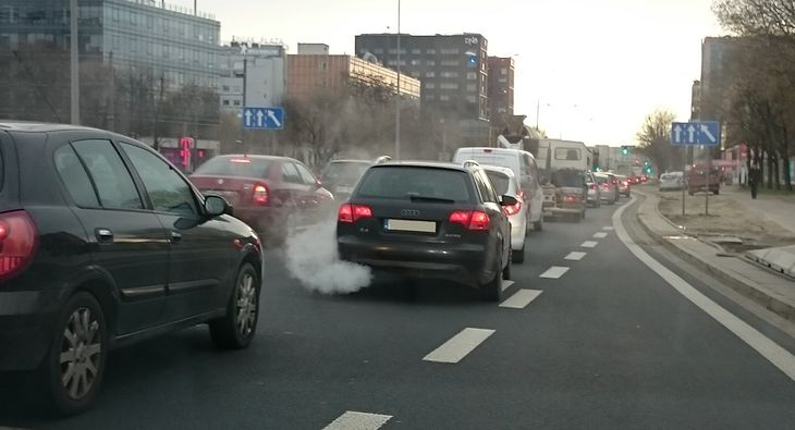 Jednym ze sposobów walki z zanieczyszczonym powietrzem ma być pozbycie się starych diesli z centrum Warszawy