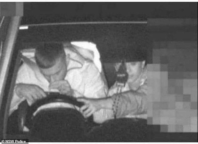 21-latek zostanie ukarany za nietrzymanie rąk na kierownicy i korzystanie z telefonu podczas jazdy.