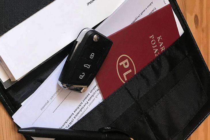 Żaden dokument czy kluczyk nie jest potwierdzeniem własności auta, tak jak umowa sprzedaży. Warto dobrze napisać jej treść.