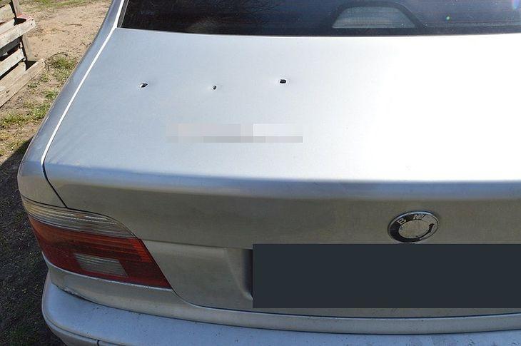 Dwa uszkodzone samochody, choć tylko jeden celowo - 27-latek napytał sobie sporo biedy.