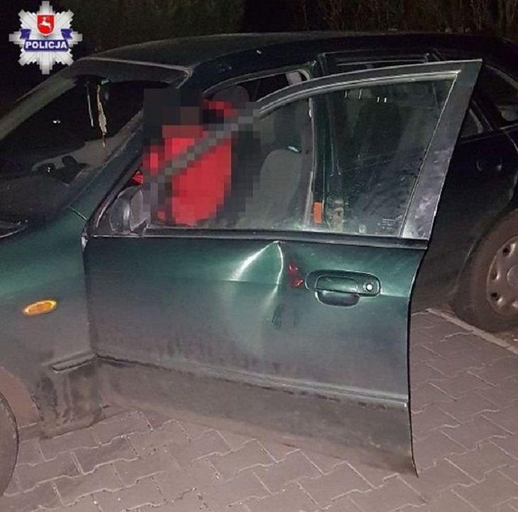 Autostopowicz uszkodził drzwi w jednym z pojazdów.