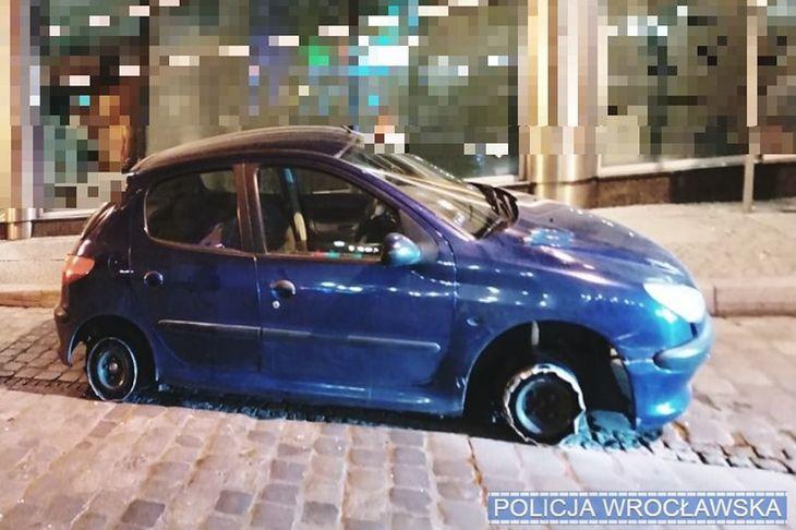 Auto jadące bez dwóch opon to widok, który przykuwa uwagę.