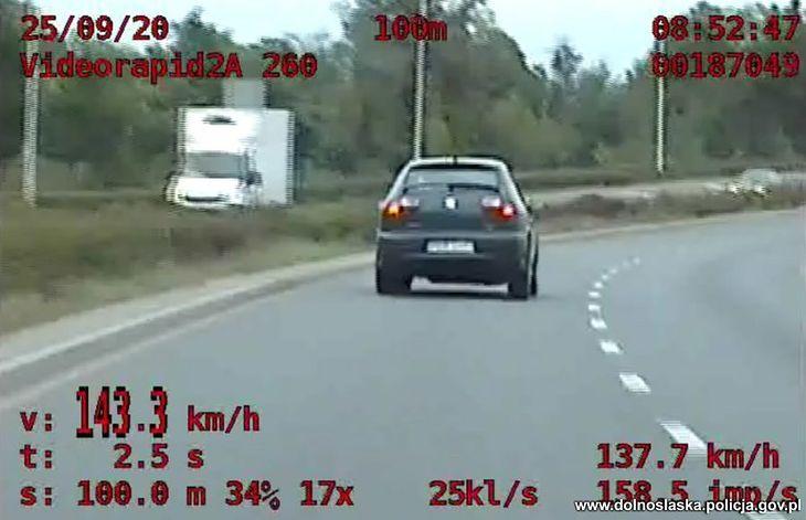 Taka jazda musiała przykuć uwagę policji.