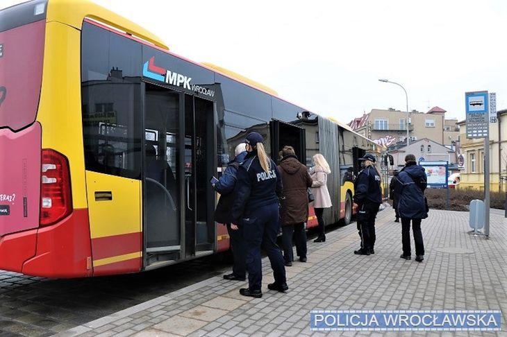 Limit pasażerów w komunikacji miejskiej znów został podwyższony.