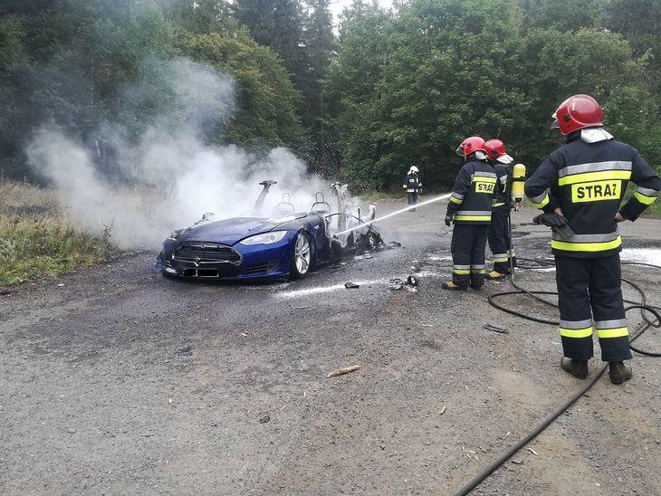 Dobrze, że strażacy wiedzieli, jak się zachować gasząc teslę model s