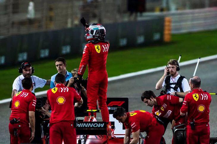 Charles Leclerc podczas świętowania zdobycia pole position przed GP Bahrajnu