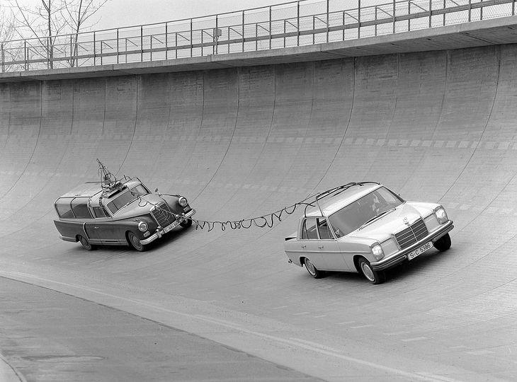 Mercedes-Benz 300 Messwagen w akcji podczas prac nad modelem W115