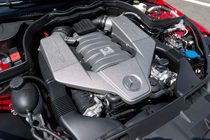 Czy dziś ktokolwiek wyobraża sobie aż 6,2-litrowy silnik w limuzynie klasy średniej? Wątpliwe...