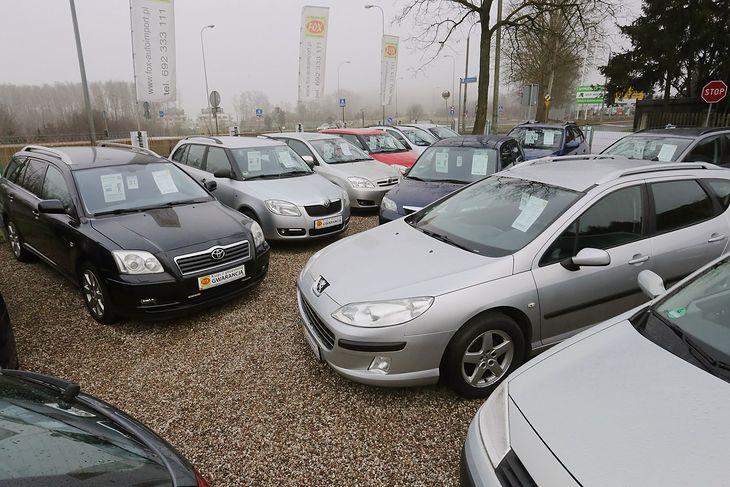 To nie tylko cios w kierowców, ale i handlarzy, którzy zatrudniają w komisach nawet po kilkanaście osób