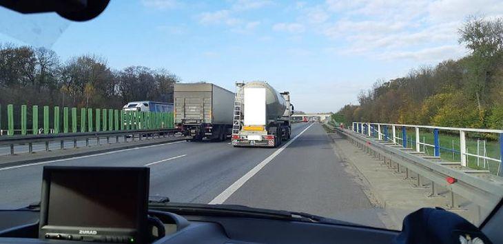 Wyprzedzające się ciężarówki to częsty widok na polskich autostradach.