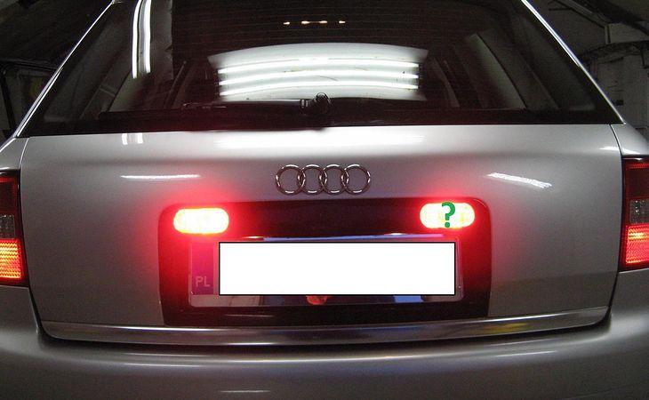 """Przykład przeróbki oświetlenia przeciwmgłowego w samochodzie Audi A6 C5. W wersji fabrycznej aktywna jest tylko lampa po lewej stronie (dla Wysp Brytyjskich - po prawej). Dzięki modyfikacji świecą obydwa klosze i jest to zgodne z prawem (zaślepiony klosz posiada homologację """"F"""", a przepisy dopuszczają dwa światła przeciwmgielne, jeśli rozmieszczone są symetrycznie). Nielegalna byłaby natomiast konwersja tych lamp na dodatkowe światła hamowania."""