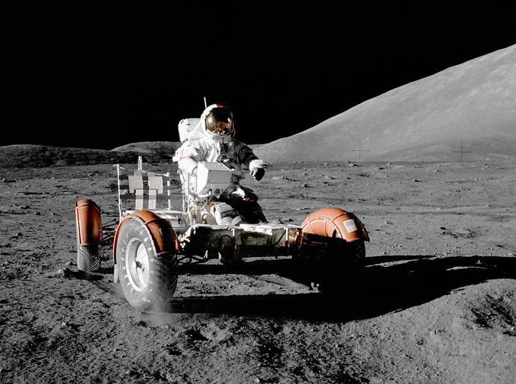 11 grudnia 1972 (Apollo 17) - Eugene Cernan przeprowadza przegląd LRV, niedługo po jego rozłożeniu. Pojazd dopiero zostanie uzbrojony w wyposażenie.