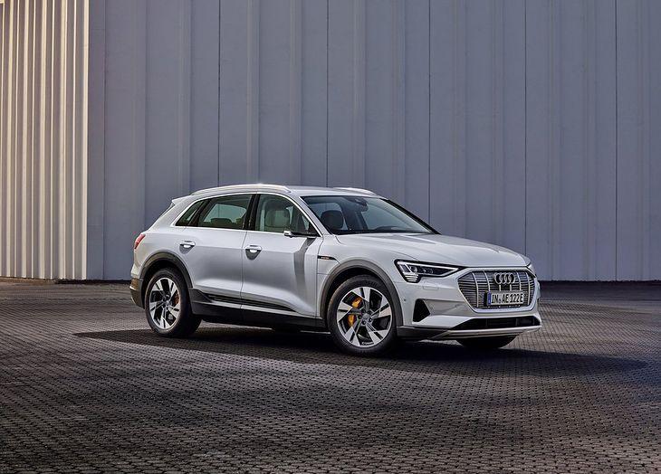 Audi e-tron 50 jest niewiele tańsze, lecz znacznie słabsze od wydania 55.