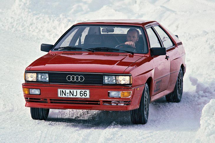 """Można doszukiwać się początków gdzieś indziej, ale faktem jest, że to Audi wraz z modelem quattro wprowadziło na stałe do świata samochodów osobowych pojęcie """"stałego napędu na cztery koła"""". Przy okazji rocznicy tego modelu, warto przypomnieć, skąd się to określenie wzięło i co tak naprawdę oznacza."""