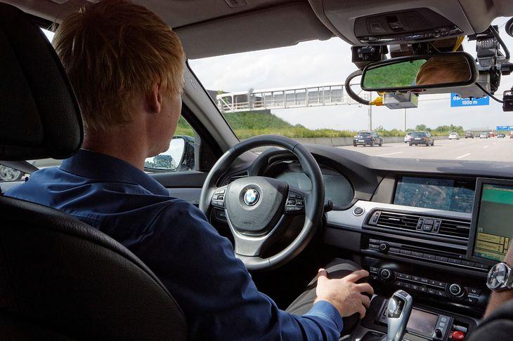 Jeszcze kilka lat temu autonomiczne funkcje aut były nowością. Dziś coraz więcej producentów ma takie systemy