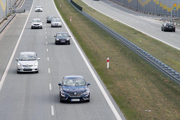 Na razie nie ma przepisów, które regulowałyby minimalny odstęp. Trzeba liczyć na rozsądek innych kierowców