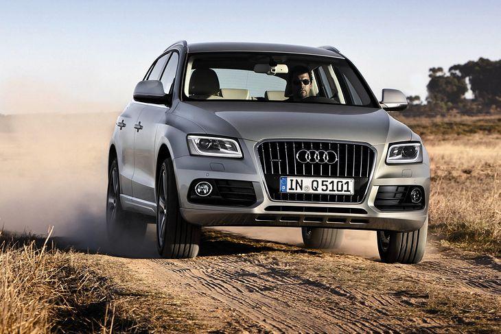Audi Q5 świetnie jeździ po asfalcie, ale bardzo dobrze radzi sobie też na luźnej nawierzchni dzięki napędowi quattro.