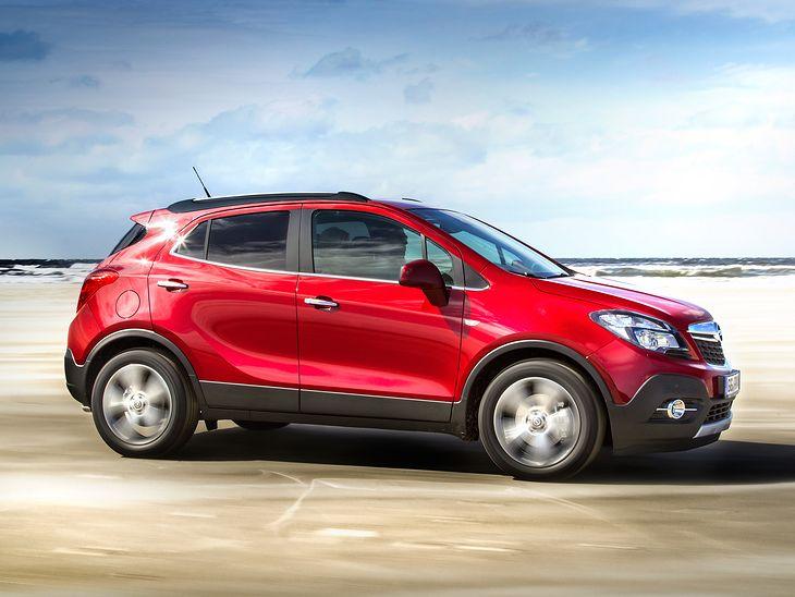 Opel Mokka to typowy crossover, bo zupełnie nie nadaje się do jazdy po bezdrożach, za to świetnie spisuje się w mieście i na trasie.