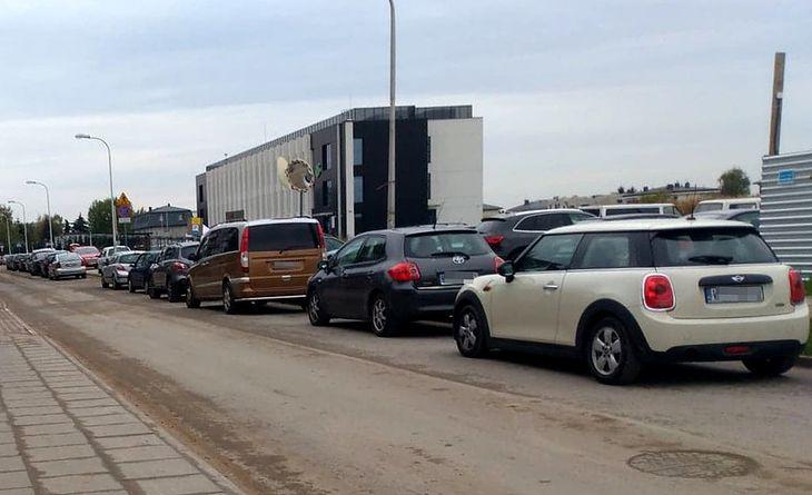 Do przychodni na Coopera już na godzinę przed otwarciem ustawiło się 17 samochodów.