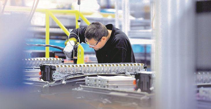 Produkcja akumulatorów (fot. Newspress)