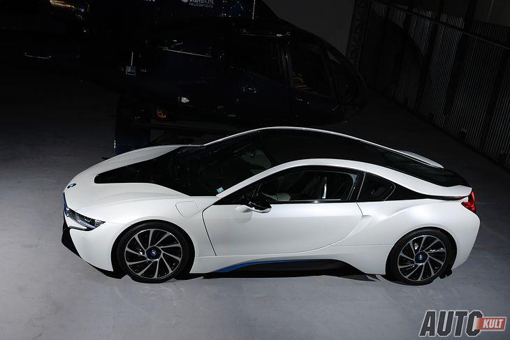 BMW i8 wygląda zjawisko i wzbudza ogromne zainteresowanie otoczenia.