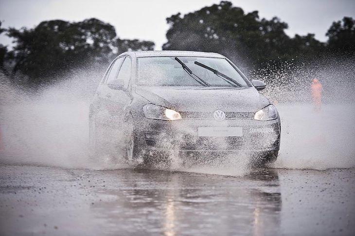 Do aquaplaningu dochodzi, gdy wody na drodze jest za dużo lub prędkość na mokrej nawierzchni jest zbyt wysoka.