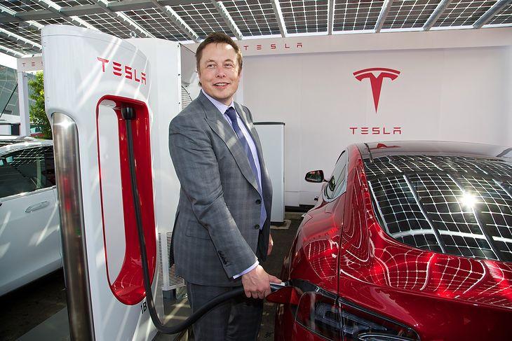 Elon Musk przy stacji Supecharger (fot. Newspress)