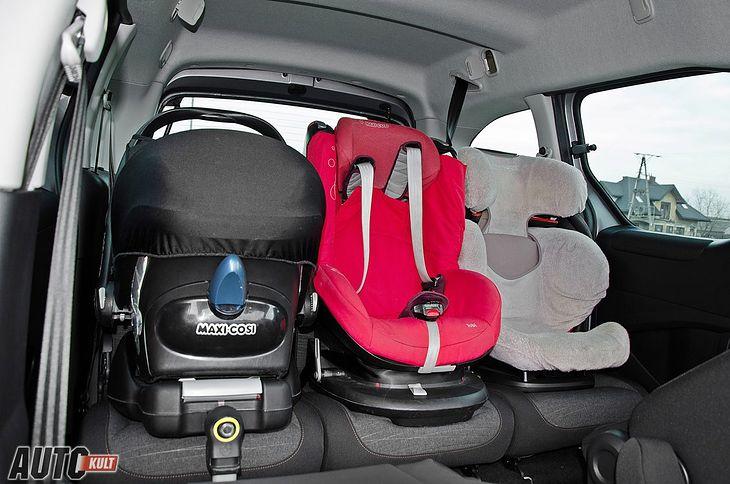 Это все три автокресла, которые вам понадобятся в жизни вашего ребенка.  Переноска слева, первое сиденье посередине, второе сиденье справа.