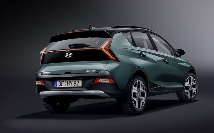 Hyundai Bayon mimo że oferuje sporo przestrzeni w środku, to mógłby mieć nieco bogatsze wyposażenie standardowe