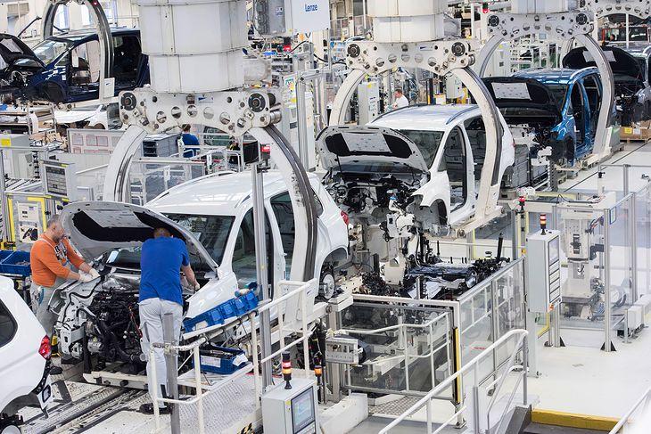 Niektóre fabryki zmniejszają liczbę godzin, inne nie nadążają za popytem