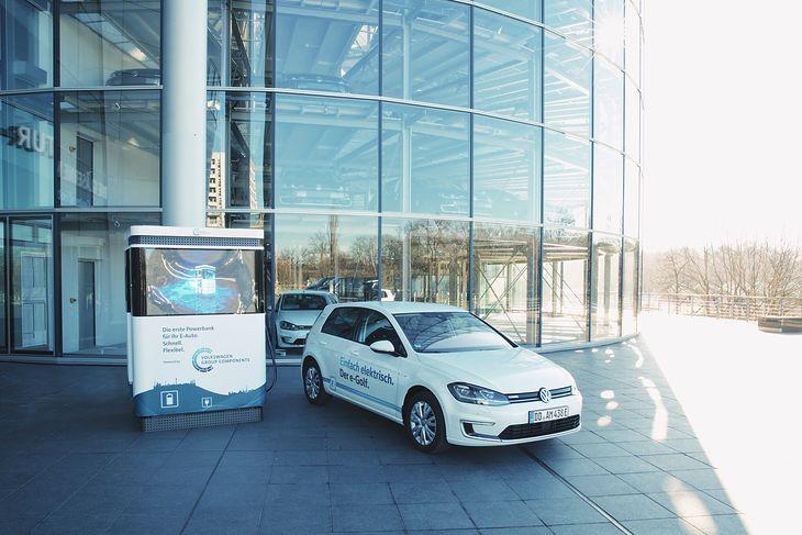 Elektryczny e-Golf przed fabryką w Zwickau