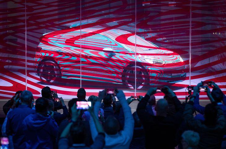 Volkswagen ID.3 ciągle jest zamaskowany, ale już da się zobaczyć, jak będzie wyglądał