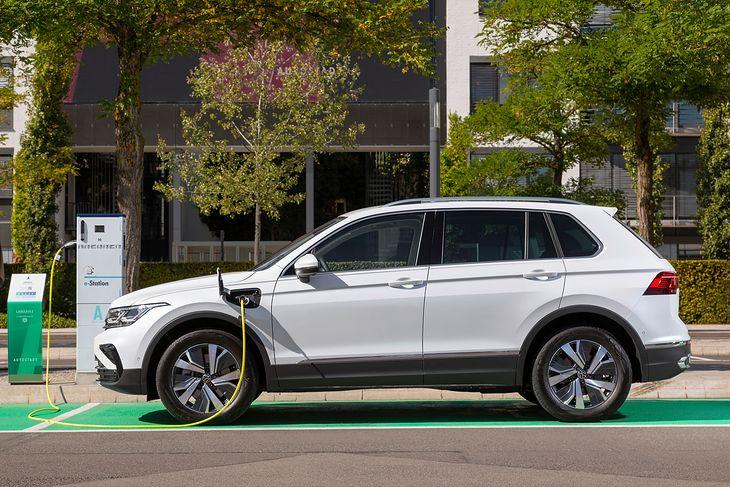 Volkswagen przebija konkurencyjną toyotę ceną, ale nie ma tyle mocy i tak wydajnego napędu, a wyposażenie wciąż jest niewiadomą.