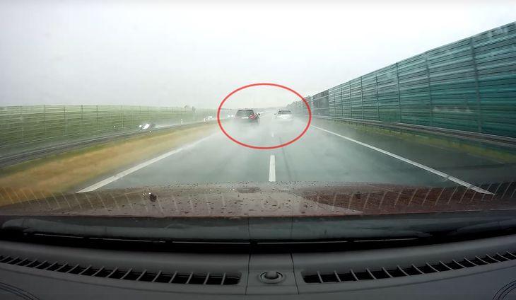 Kiedy auto ciągnie za sobą smugę zbieranej z jezdni wody, jest zdecydowanie mniej widoczne bez świateł z tyłu niż z nimi.