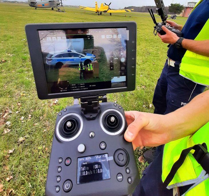 Zespół obsługujący drona składa się z dwóch policjantów. Jeden pilotuje urządzenie, drugi współdziała z policjantami, którzy mają zatrzymać winowajcę