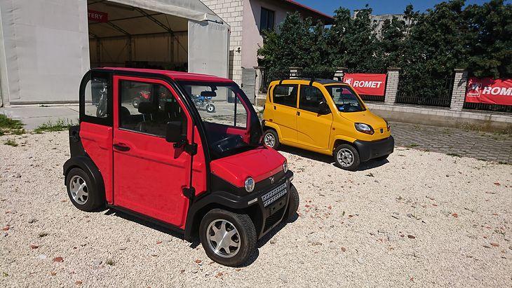 Dwa najtańsze auta w Polsce. Romet 6E (czerwony) ma napęd elektryczny, a (żółty) Bajaj Qute napędzany jest silnikiem spalinowym.