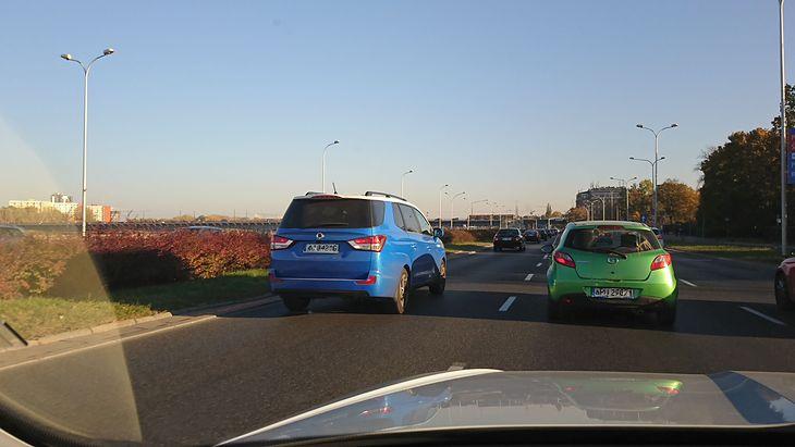 Legalność wyprzedzania z prawej strony zależy m.in. od liczby pasów ruchu na jezdni i od znaków