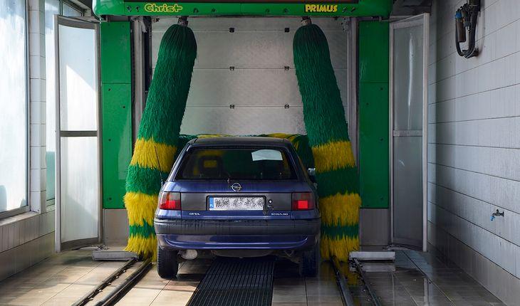 Myjnia automatyczna da połowiczny efekt zimą podczas mrozu. Co prawda umyje auto i je osuszy, ale nie zrobi tego dokładnie.