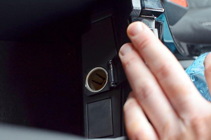 Tzw. gniazdo zapalniczki, czyli popularne gniazdo 12V, wciąż się stosuje w samochodach, choć coraz rzadziej do kompletu jest... zapalniczka.