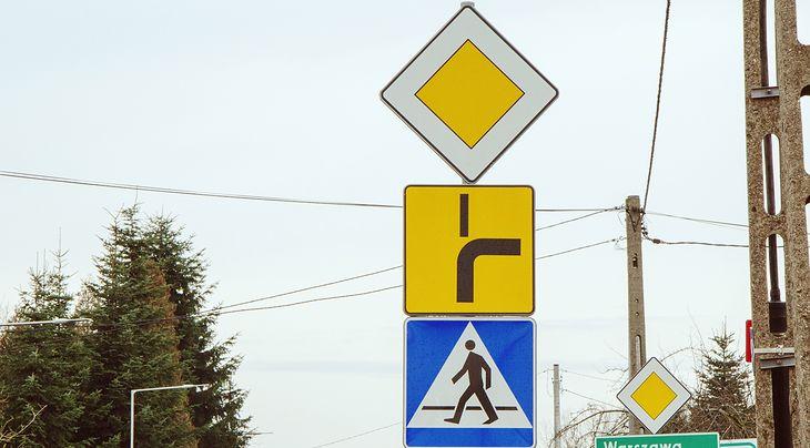 Tu zdania są (a nie powinny) być podzielone. Kierowca jadący na wprost powinien, czy nie powinien używać kierunkowskazu?